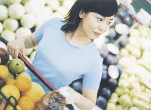 スーパーマーケットで買い物をする女性の写真素材 [FYI02063657]