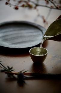 お猪口に注ぐ日本酒の写真素材 [FYI02063659]