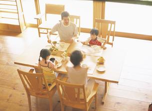 食事をする家族4人の写真素材 [FYI02063670]