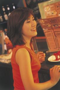 カフェの女性の写真素材 [FYI02063673]