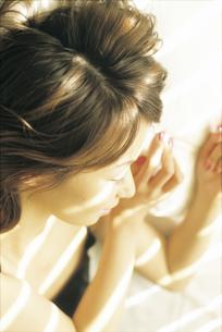 女性横顔アップの写真素材 [FYI02063689]