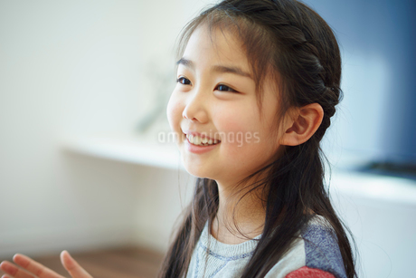 笑顔の女の子の写真素材 [FYI02063732]