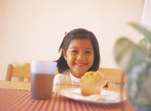 ダイニングテーブルのお菓子と女の子の写真素材 [FYI02063733]