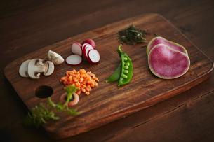 カットしたいろいろな野菜の写真素材 [FYI02063738]