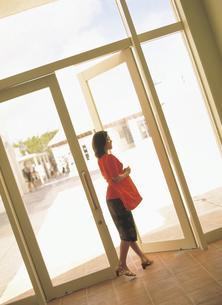 ドアを開ける女性の写真素材 [FYI02063776]