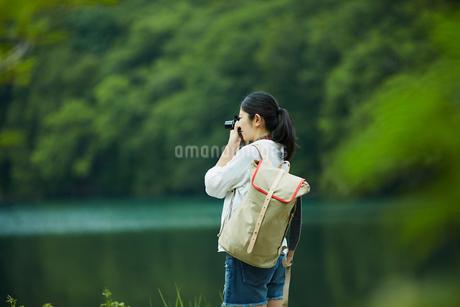 カメラを構える女性の写真素材 [FYI02063781]