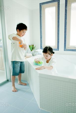 バスルームの掃除をする男の子と女の子の写真素材 [FYI02063785]
