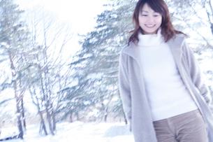 雪の林と女性ブルー調の写真素材 [FYI02063788]