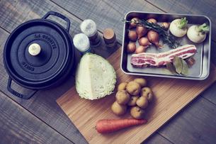 ポトフの材料と鍋の写真素材 [FYI02063796]