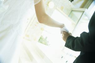 手を繋ぐ新郎新婦の手元の写真素材 [FYI02063856]