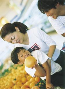 スーパーマーケットで買い物をする家族の写真素材 [FYI02063898]