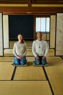 和室で正座する外国人カップルの写真素材 [FYI02063916]