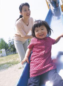 公園で遊ぶ女の子と母親の写真素材 [FYI02063917]