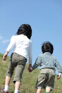 手を繋ぐ男の子と女の子の後姿の写真素材 [FYI02063935]