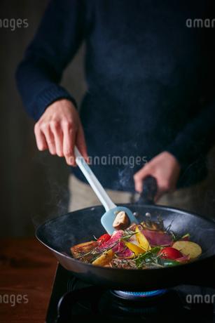 オーガニック野菜のソテーを作る女性の写真素材 [FYI02063944]