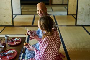 浴衣姿で食事をする外国人カップルの写真素材 [FYI02063948]