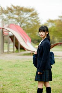 公園で振り向く女子中学生の写真素材 [FYI02063960]