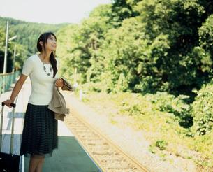 駅のホームに立つ女性の写真素材 [FYI02063969]
