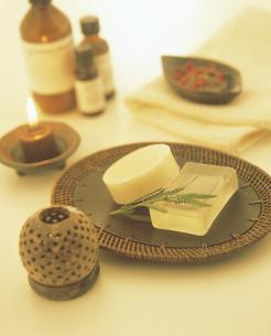 石鹸とアロマオイルの写真素材 [FYI02063998]
