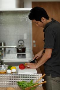 料理をする男性の写真素材 [FYI02064006]