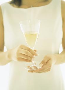 グラスを持つ女性の手元の写真素材 [FYI02064010]
