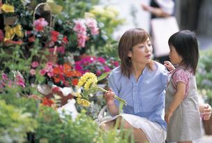 花屋の前の女の子と母親の写真素材 [FYI02064028]