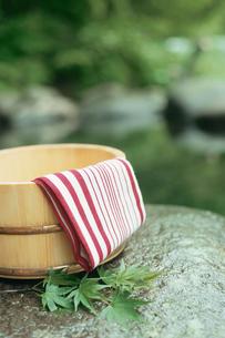 露天風呂の桶と手ぬぐいの写真素材 [FYI02064033]