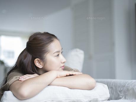 ソファの上でくつろぐ女性の写真素材 [FYI02064039]