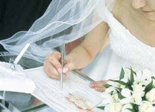 サインをする花嫁の写真素材 [FYI02064042]