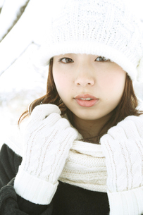 白いニット帽子の女性アップの写真素材 [FYI02064054]