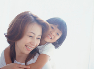 お母さんに抱きつく女の子アップの写真素材 [FYI02064075]
