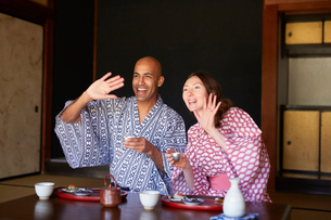 浴衣姿で日本酒を楽しむ外国人カップルの写真素材 [FYI02064077]