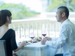 食事をするミドル夫婦の写真素材 [FYI02064086]