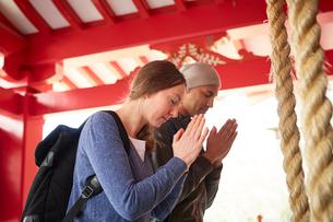 神社をお参りする外国人カップルの写真素材 [FYI02064090]