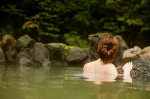 露天風呂に入浴する女性の写真素材 [FYI02064105]