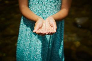 水をすくう女の子の写真素材 [FYI02064108]
