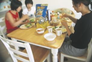 テーブルで食事する家族の写真素材 [FYI02064113]