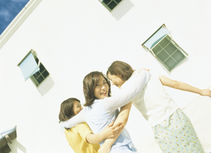 肩を組む女性3人の写真素材 [FYI02064130]