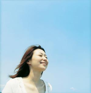 笑顔の女性と青空の写真素材 [FYI02064132]