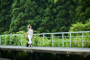 駅のホームを歩く女性の写真素材 [FYI02064141]