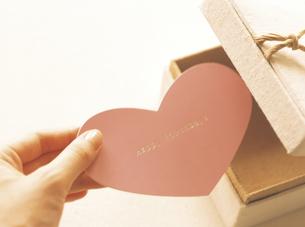 ハート型のメッセージカードの写真素材 [FYI02064150]