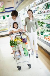 スーパーで買い物をする家族の写真素材 [FYI02064164]