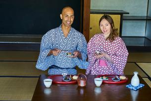 浴衣姿で食事をする外国人カップルの写真素材 [FYI02064166]