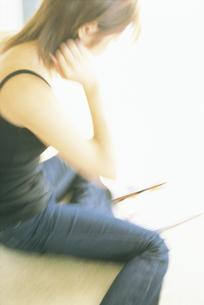床に座る女性の写真素材 [FYI02064204]
