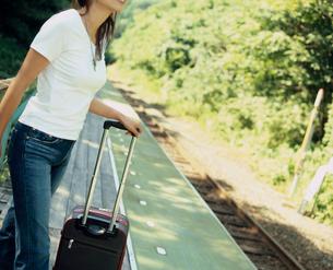 駅のホームに立つ女性の写真素材 [FYI02064227]