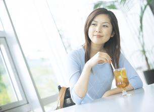 カフェでアイスティーを飲む女性の写真素材 [FYI02064237]