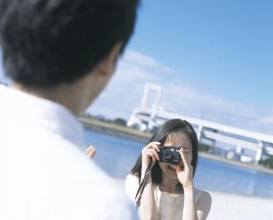 カメラをかまえる女性の写真素材 [FYI02064247]