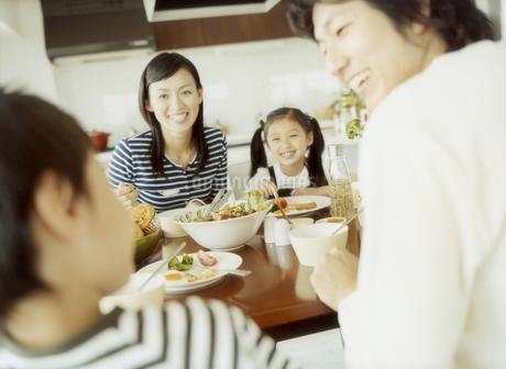 食事をするファミリーの写真素材 [FYI02064249]
