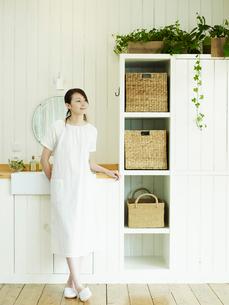 洗面所の女性の写真素材 [FYI02064278]
