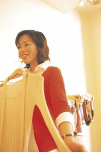 ショッピングする女性の写真素材 [FYI02064297]